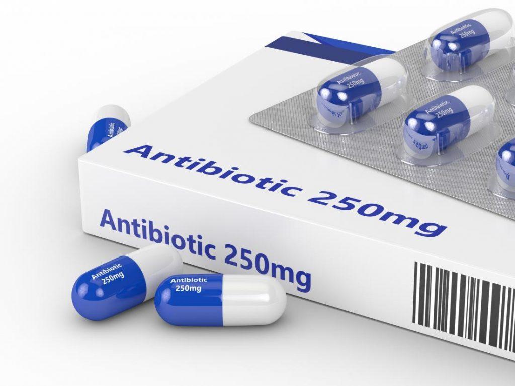 Едновременно приемане на антибиотик и сребърна вода Армакс